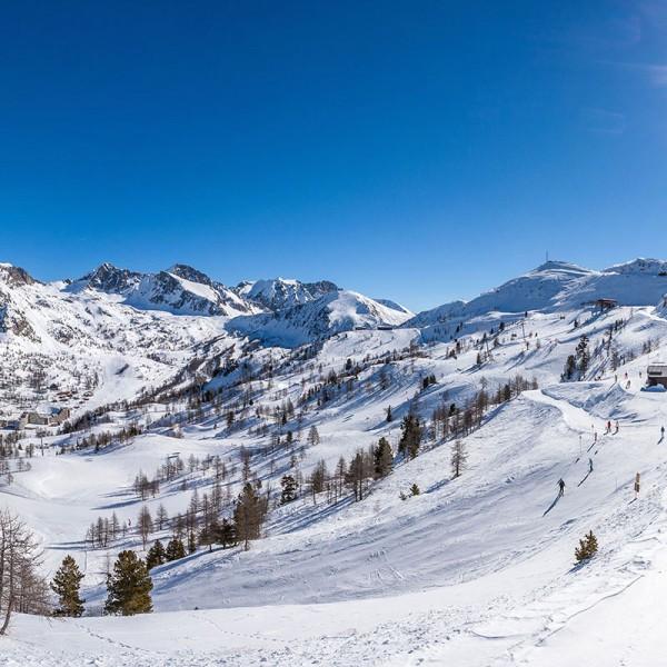 isola-2000-vue-generale-station-ski-pistes
