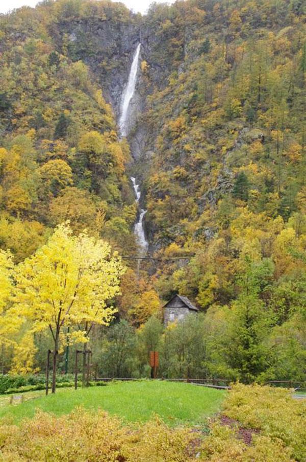 Isola, cascade en automne