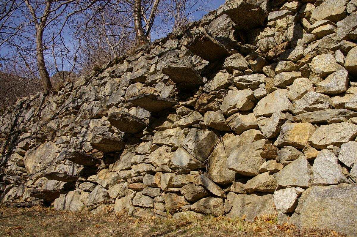Mur en pierre avec escalier - Isola