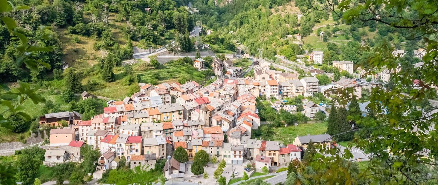 Vue sur le village d'Isola depuis le chemin de randonnée