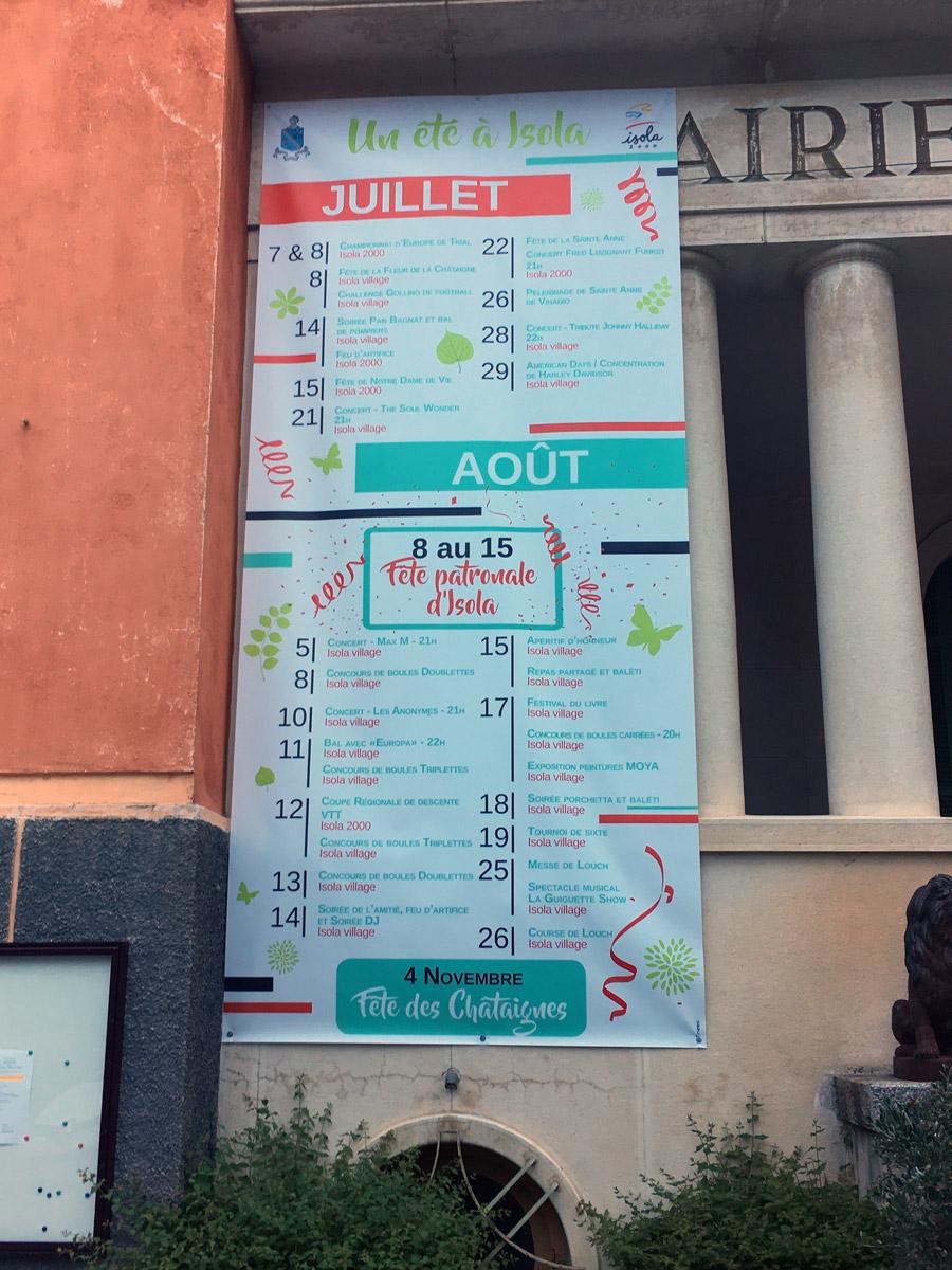 L'été à Isola, l'affiche format géant en façade de mairie