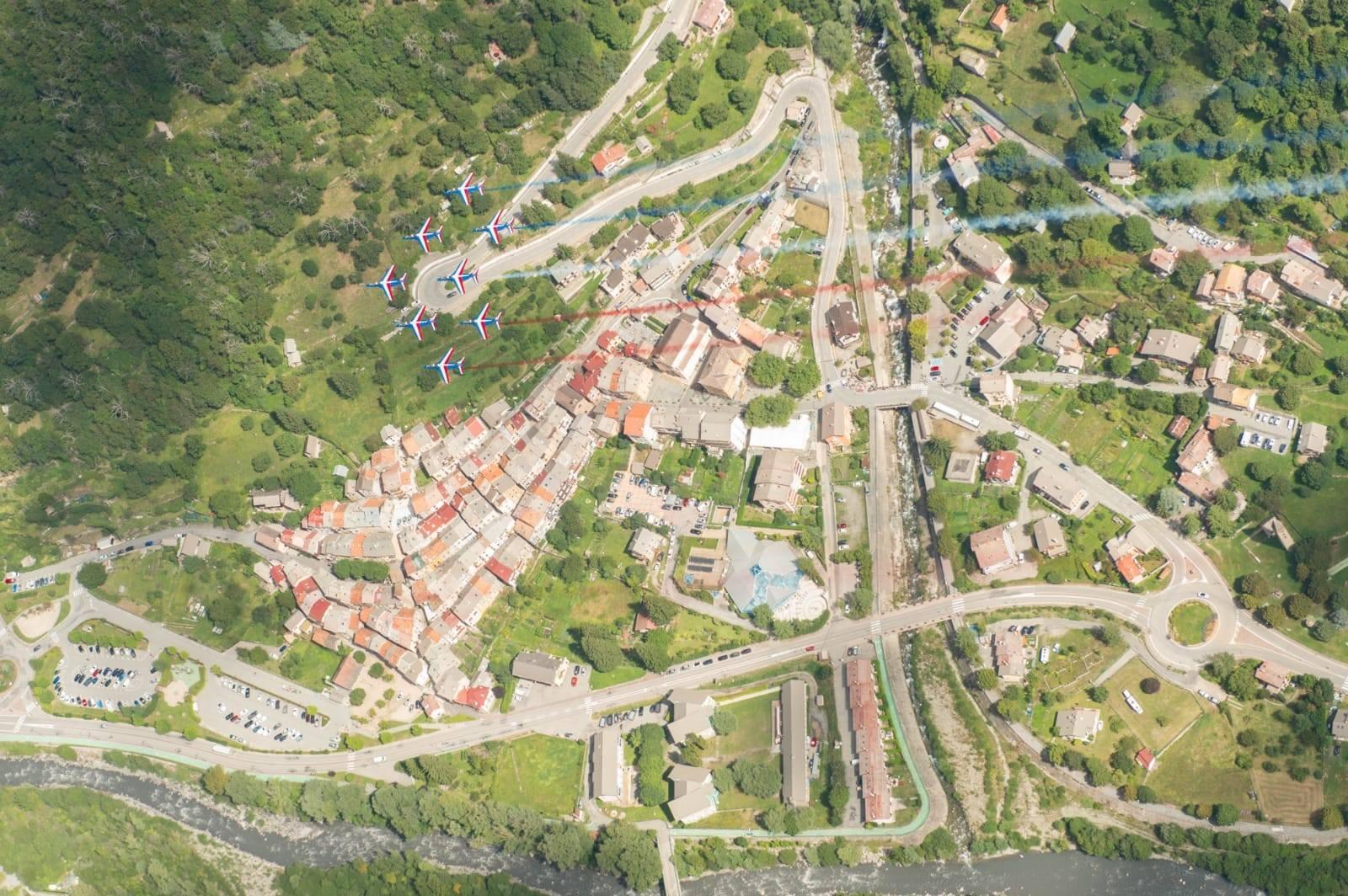 Isola village et la patrouille de France vue du ciel - Crédit photo : Armée de l'Air